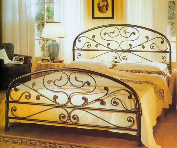 Кровать элементами ковки